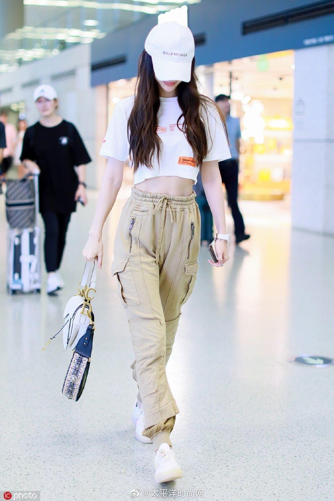 今日, 现身上海机场,身穿露脐白TEE搭配卡其色工装裤和小白鞋