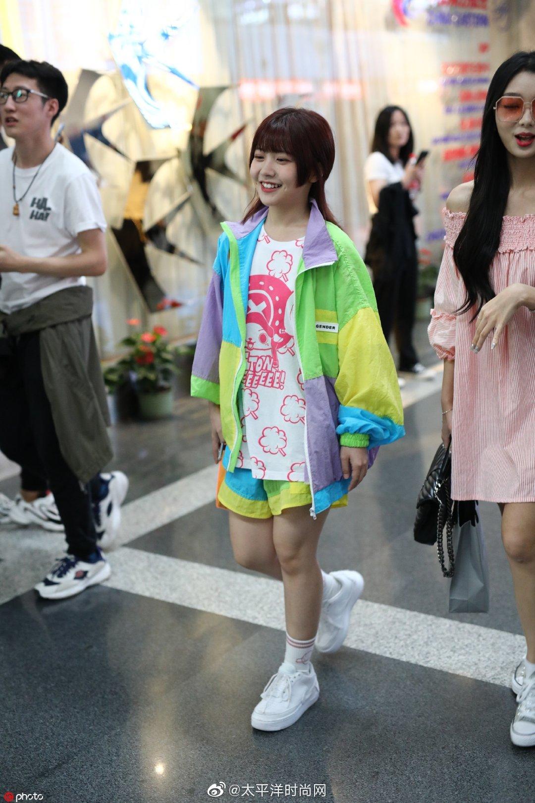 昨日 身穿彩色运动服套装,搭配印花TEE和小白鞋现身上海机场