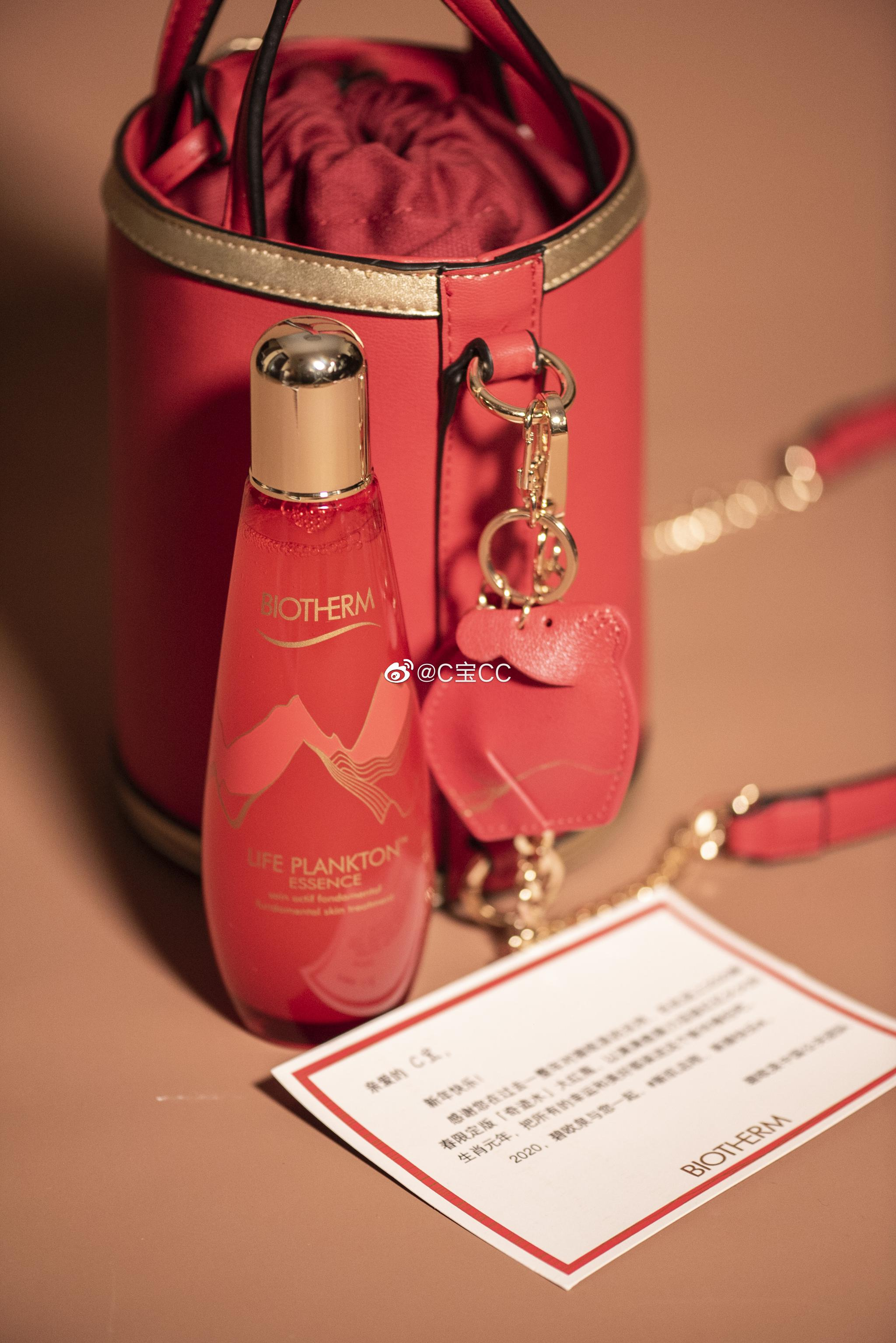 新年快乐又一波谢谢各位品牌好友的礼物~碧欧泉精华露新年红彤彤的包