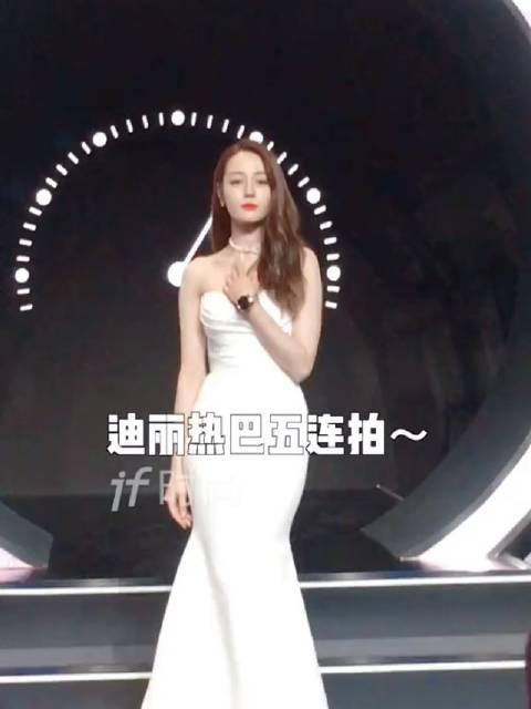 害羞的五连拍,一袭白色抹胸大长裙真美