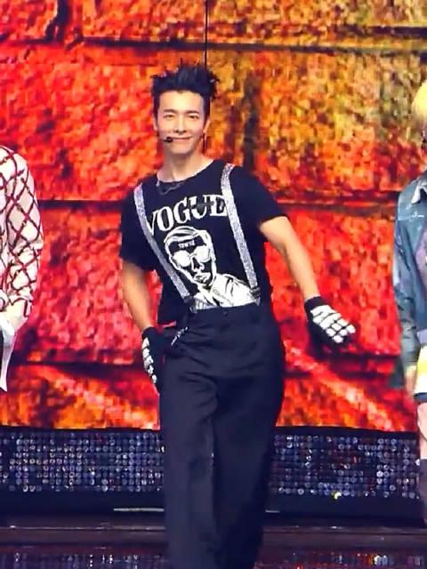 Super Junior 直拍李东海造型 想说就他短袖 没外套.