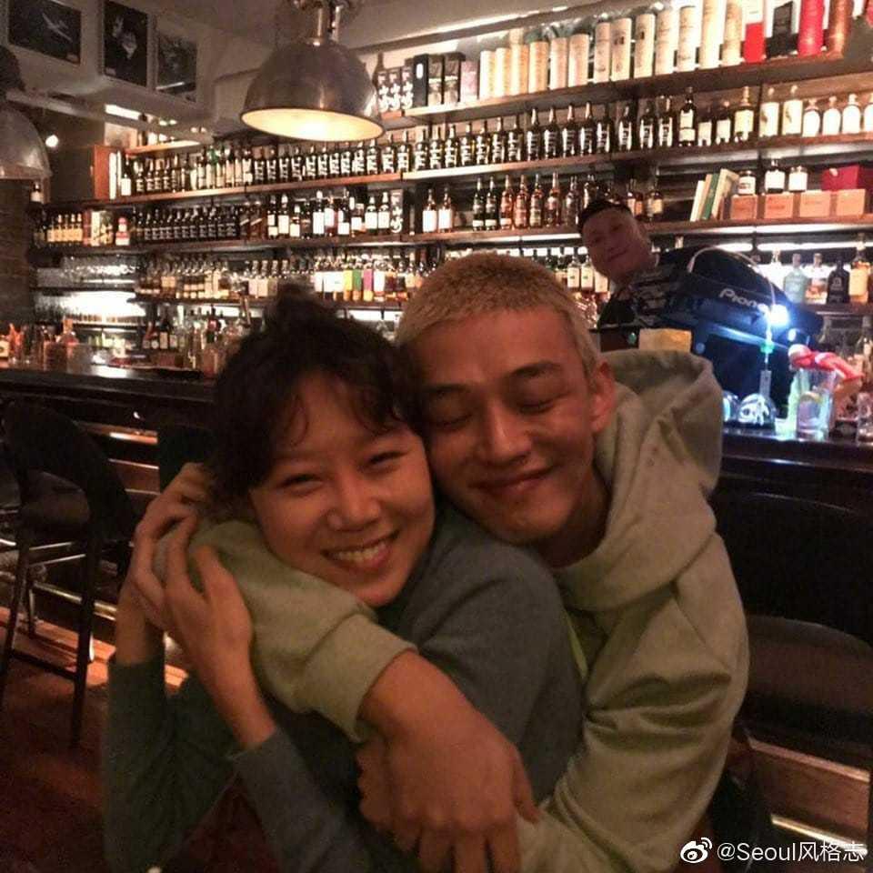 最近孔孝真欧尼和刘亚仁在朋友聚会的合影