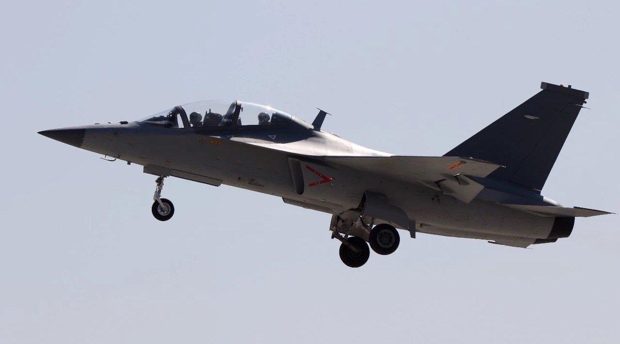 2月17日上午,两名试飞员驾驶一架L15高教机腾空而起,直刺蓝天