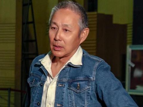 63岁陈道明近照曝光,头发斑白,与老友胡军濮存昕合影
