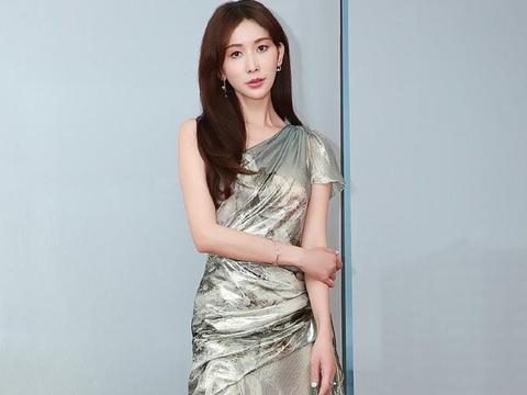 林志玲被曝怀孕后现身,穿透视拼接裙配长筒靴,尽显成熟女人味