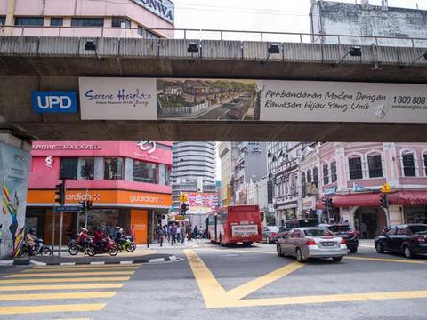 全球第一像中国的国家,中国游客下车后就蒙圈了,满大街都是中文