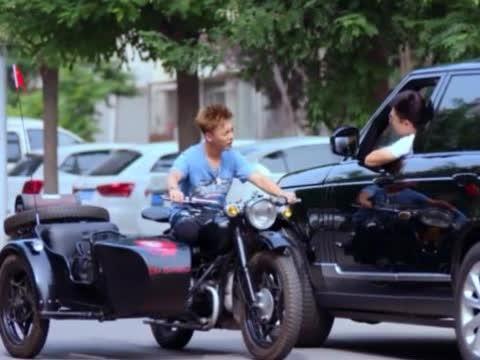 男子开着路虎,看见女友骑摩托车的弟弟,直接说:我给你换辆车吧