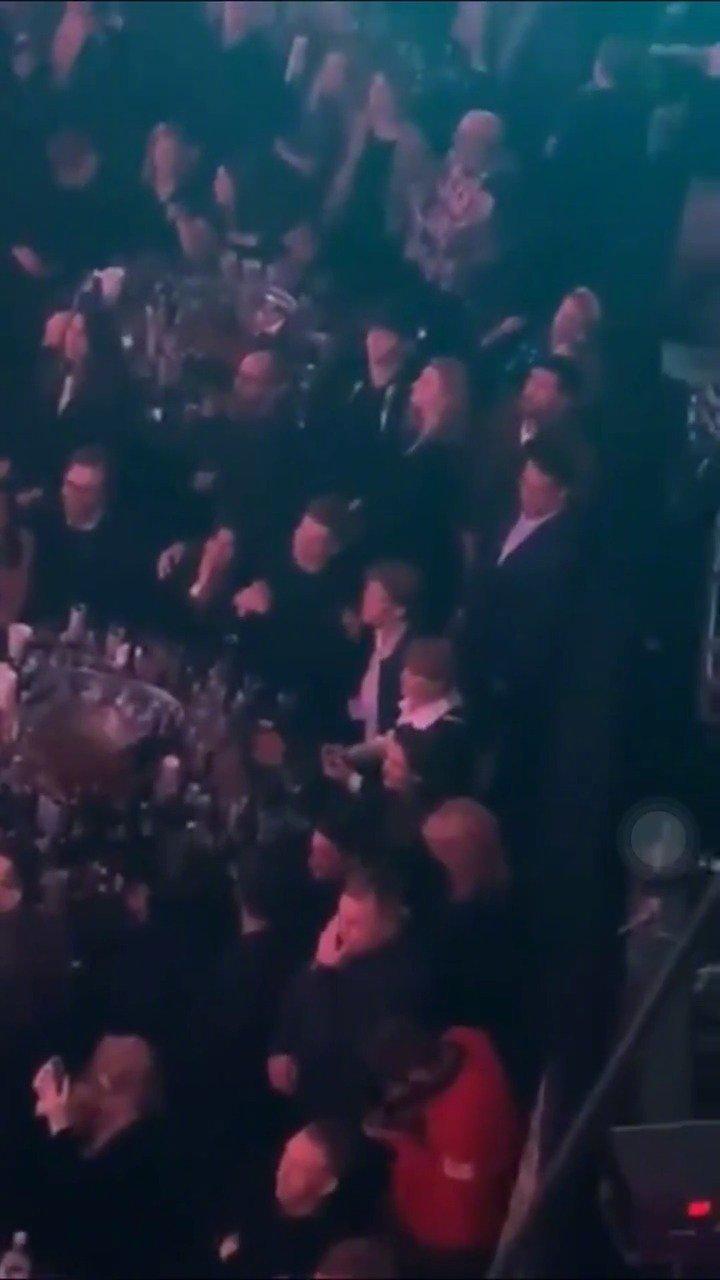霉霉Taylor Swift和Joe Alwyn在NME颁奖礼kiss!好甜啊 -
