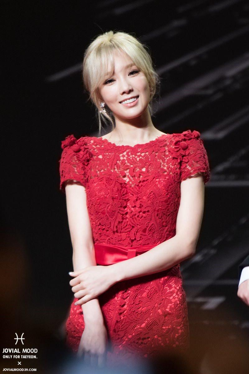 金泰妍性感露背装,笑容甜甜的。