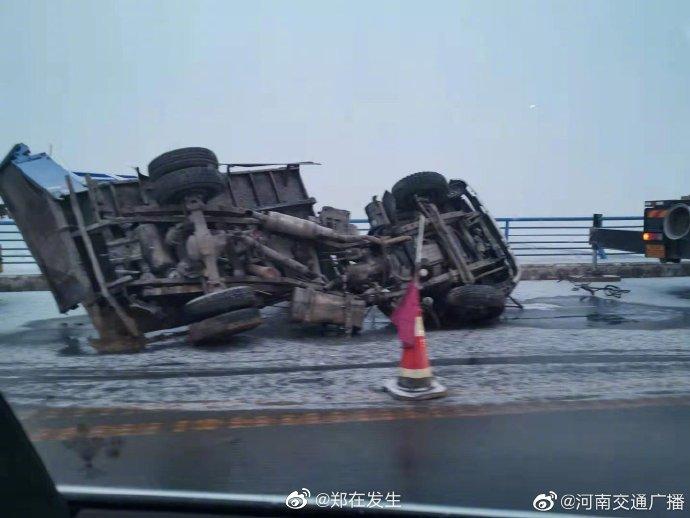 老黄河大桥两车事故,一车掉到桥下