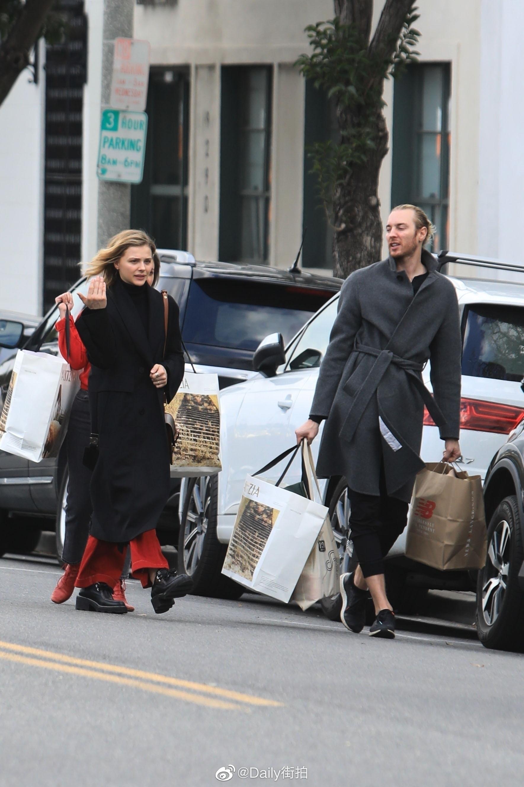 当地时间1月16日,超杀女 Chloe Moretz 和哥哥在贝弗利山出街购物