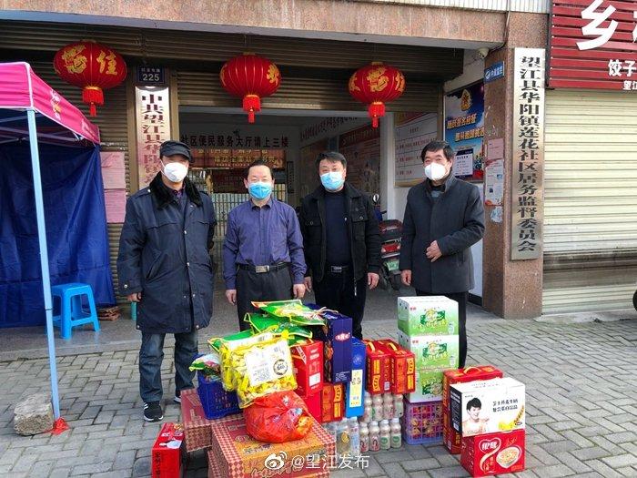 望江县市场监管局联合龙湖商贸城爱心企业捐赠物资