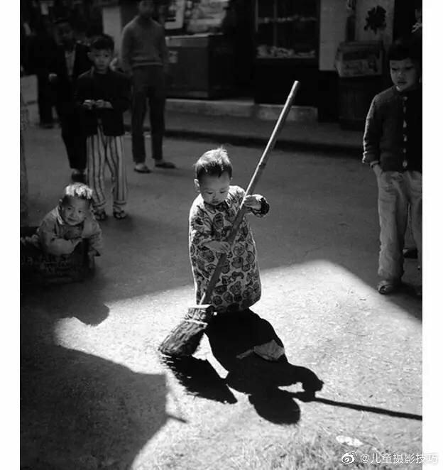 今年去世的华人摄影大师何藩,他的作品中也不乏儿童题材的照片