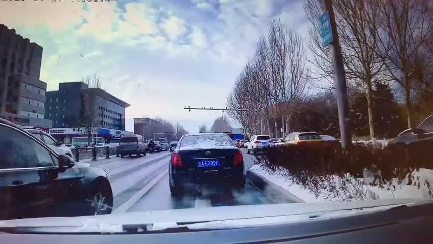 视频:网友爆料:昨日中午,东风大街和奔驰路交汇由北向南方向