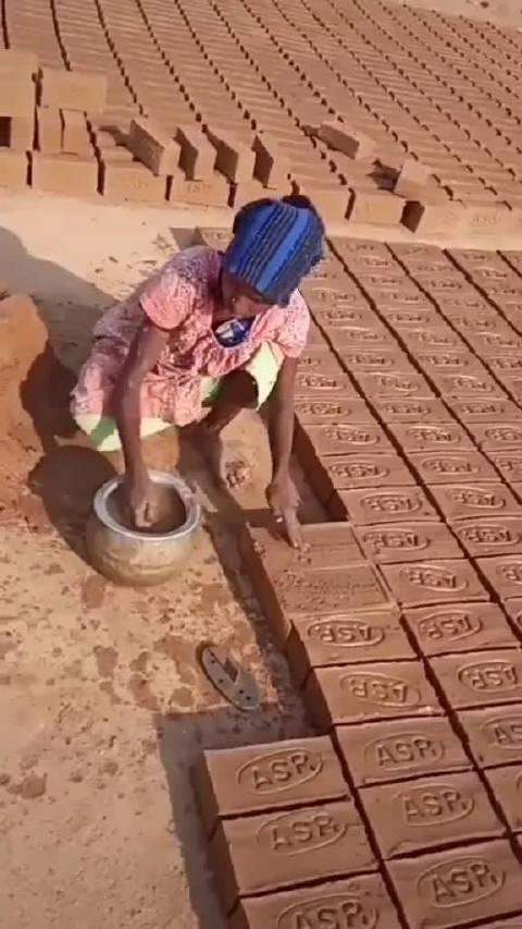 印度人制作泥砖!