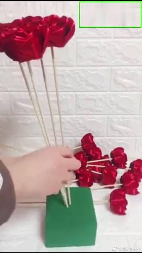 小姐姐教你做丝带玫瑰花,红玫瑰外包装怎么包?用白色的瓦楞纸