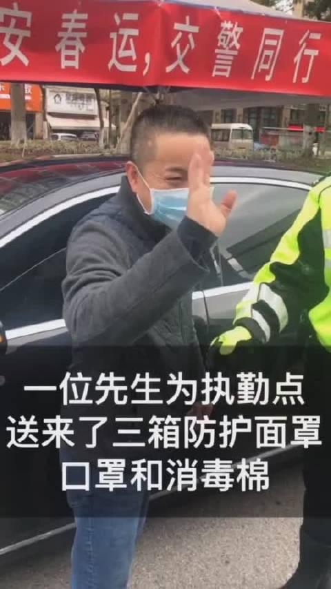 没有看到他的面容,但在他的眼睛里看到力量和温暖。警民同心