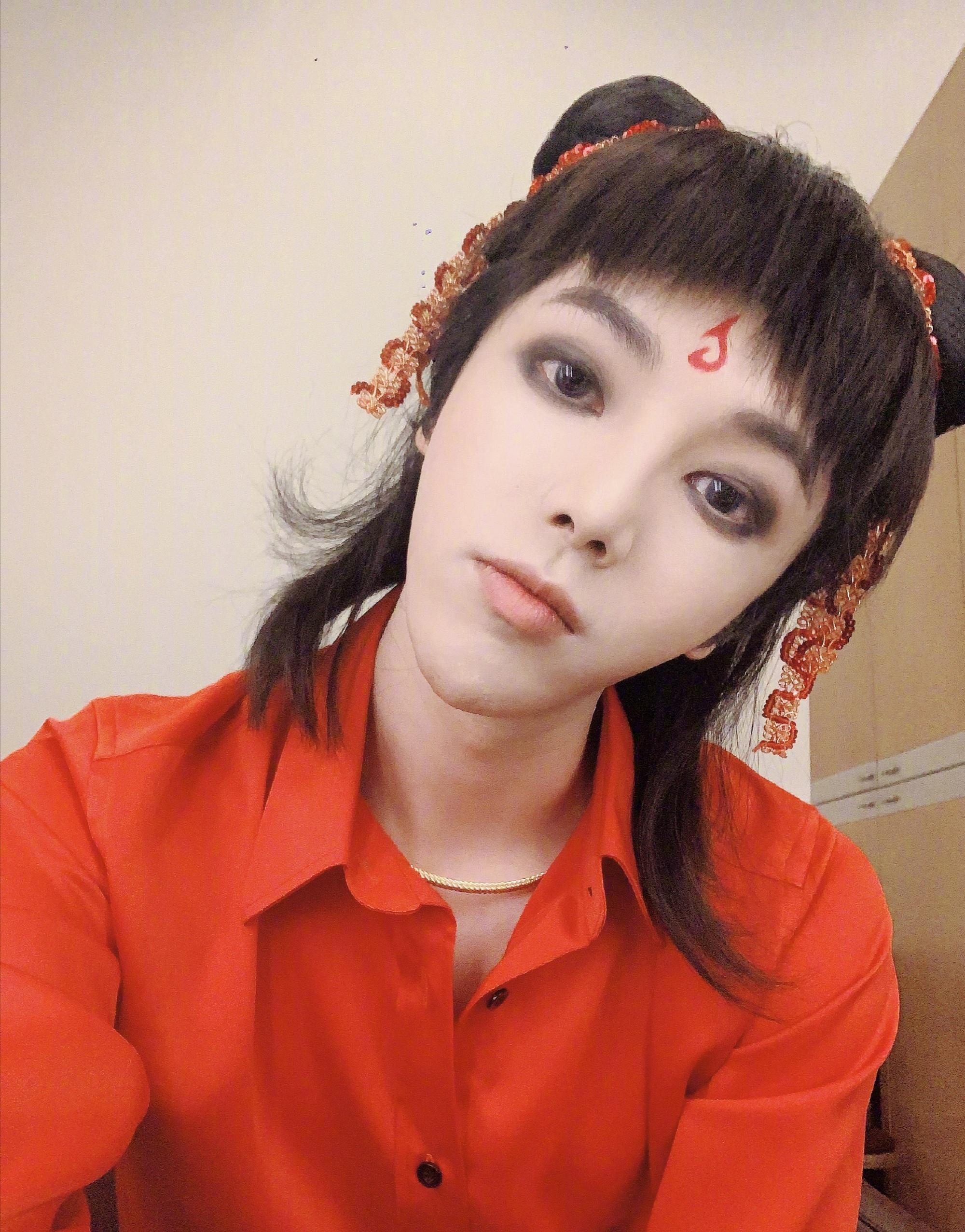 华晨宇@华晨宇yu 发布了自己在 cos哪吒造型的九宫格自拍