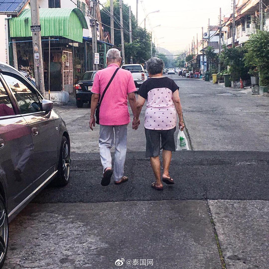 泰国一对相伴到老的夫妇,十年如一日手牵手、穿同色系衣服出门
