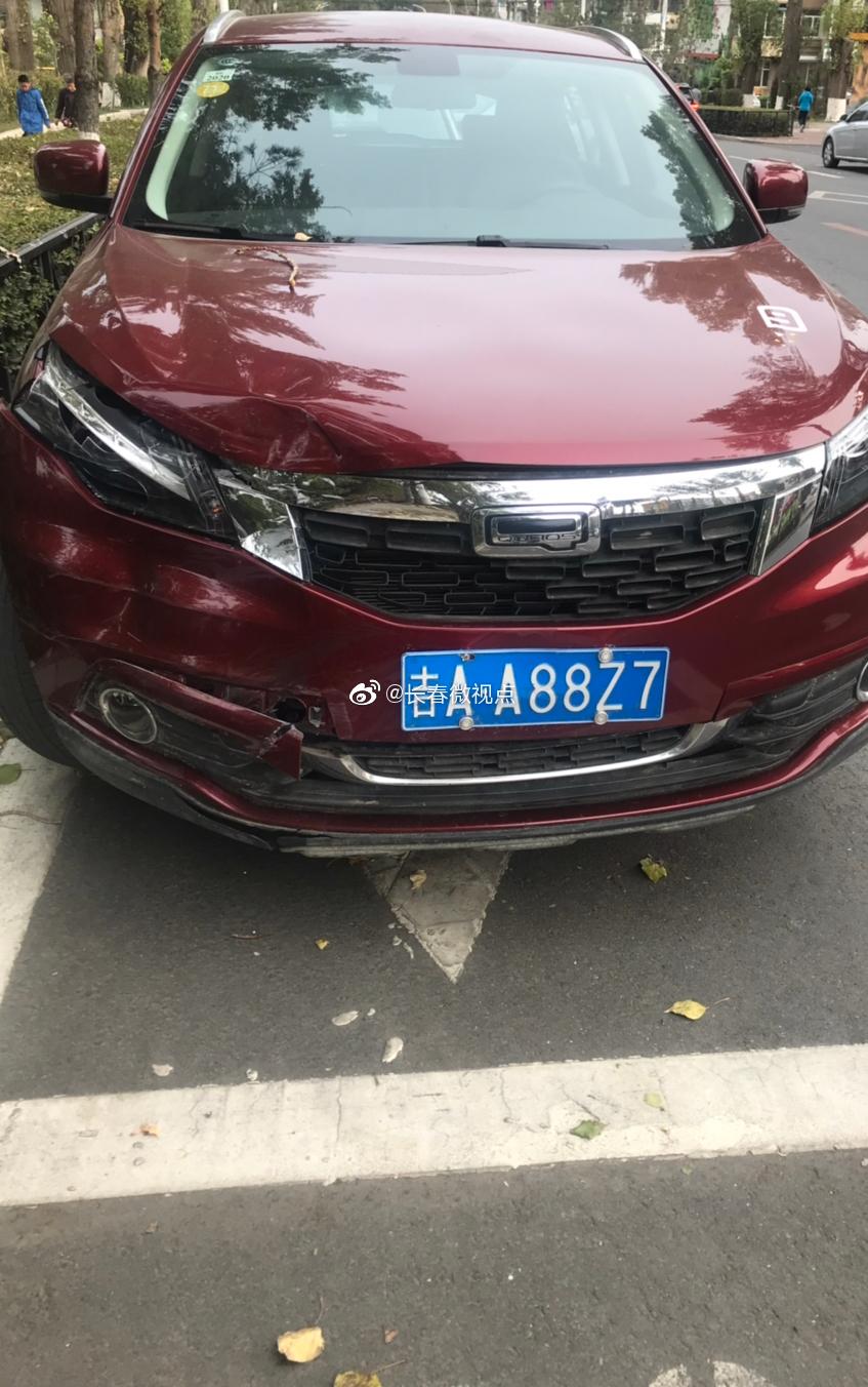 网友:这辆共享汽车在此处停着至少一周以上了,从没动过。
