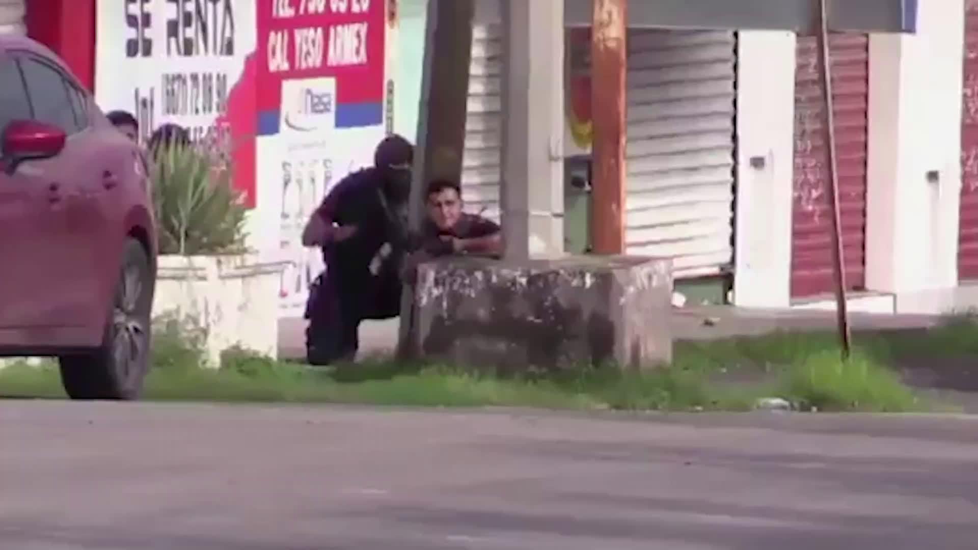 大毒枭之子被捕引墨西哥街头激战 至少20名囚犯趁乱越狱