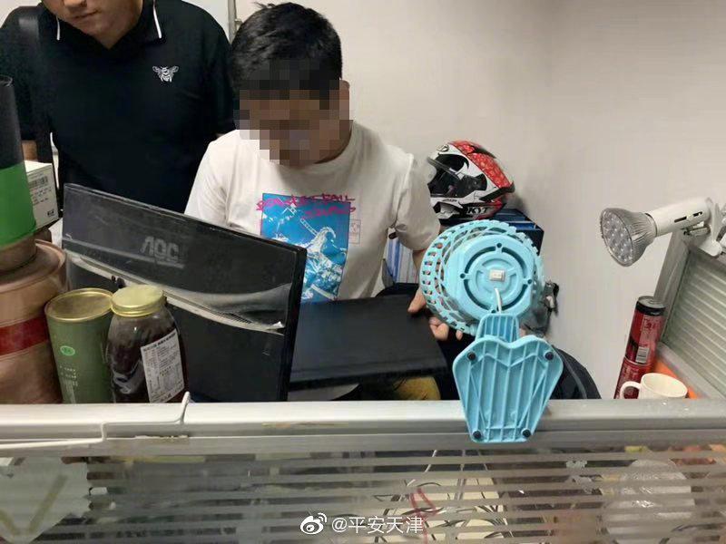 """何某就职于北京某IT公司,是一名技术了得的""""程序猿"""""""