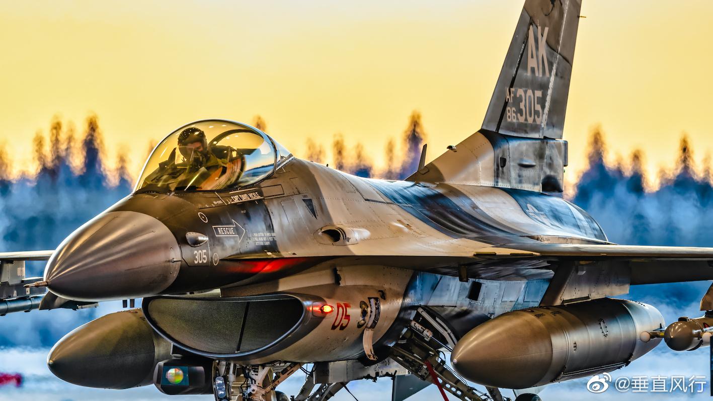 美空军18入侵者中队(假想敌中队)的F16,天色正好