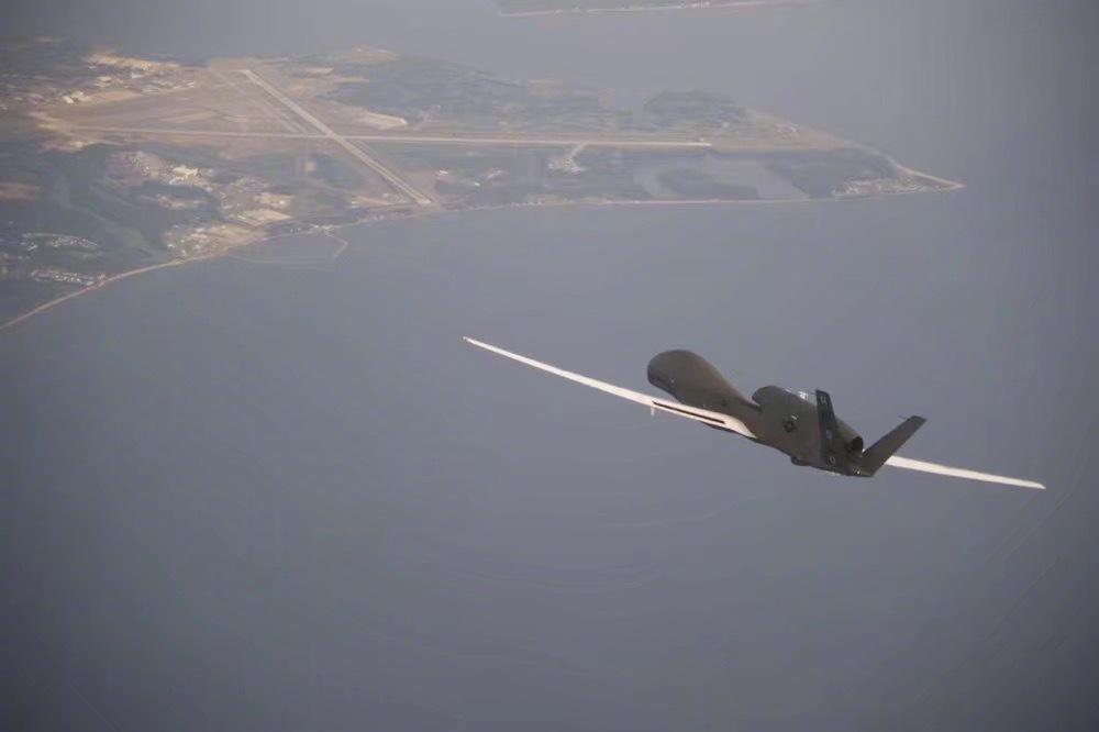 美头号无人机遭击毁,十万吨航母困在海峡,被数千枚导弹同时锁定