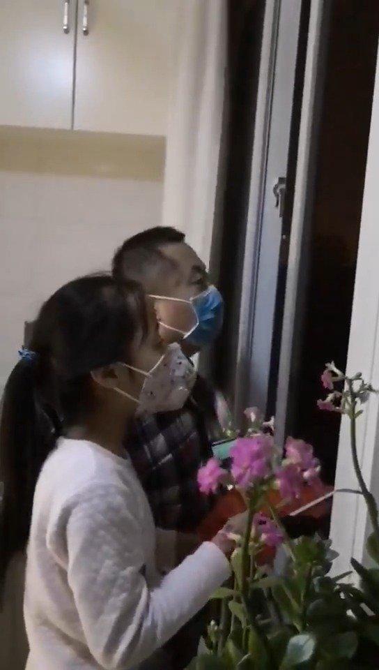小区业主居家高唱国歌  为中国加油