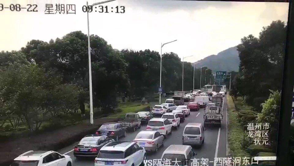 瓯海大道高架市区往机场方向,上京隧道出口处发生两起交通事故