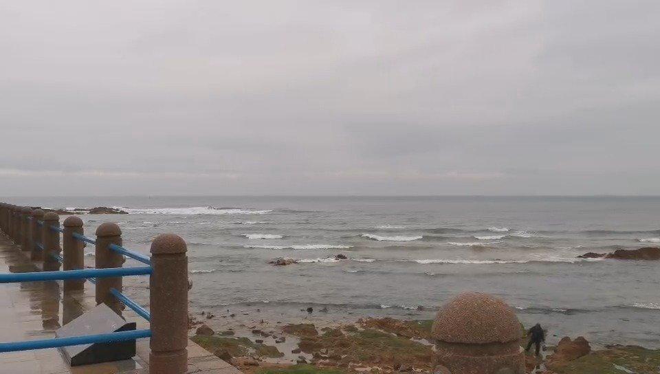 青岛第三海水浴场附近海域风大浪急提醒各位尽量远离
