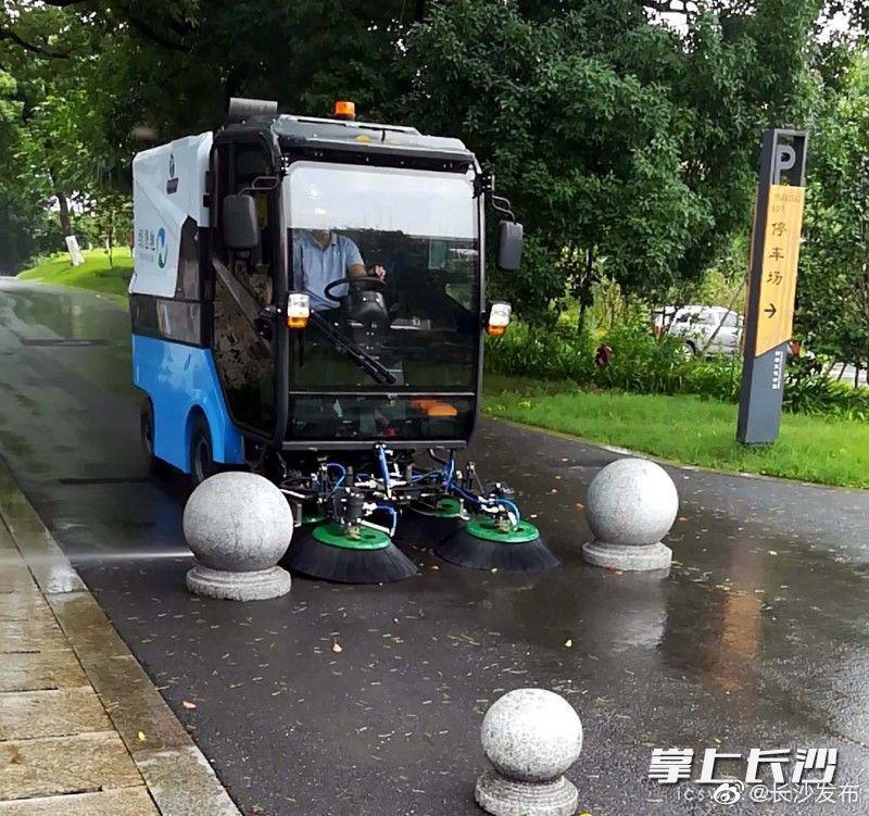 全市公园首家 新能源清扫车亮相湘府文化公园