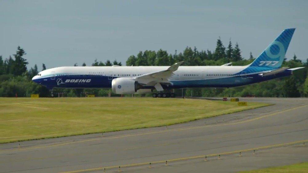 波音新一代宽体客机777X 昨天在艾弗雷特佩恩机场完成了首次低速滑行