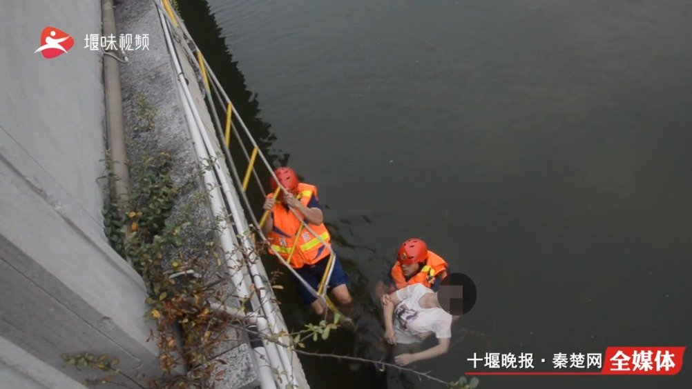 女子跳河轻生 消防员紧急出动救下一条命