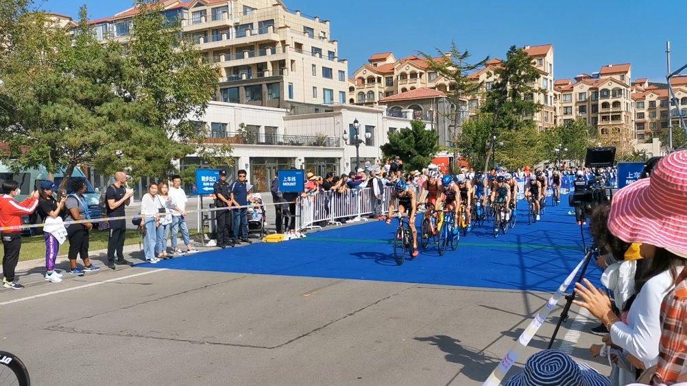 选手们进入第2圈,自行车赛共需进行6圈。截至目前