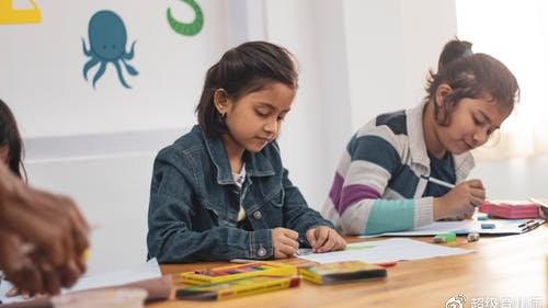 不愿意表现的孩子就是胆小?掌握这三步有效培养孩子的表现欲!