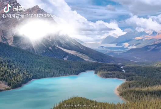 佩托湖(lake Petyo )是在班夫国家公园内,其中一个冰川湖