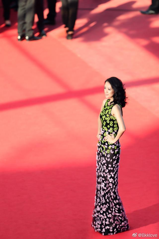 章子怡早前戛纳活动照,身着迪奥高定的缀花裙优雅又不失现代。