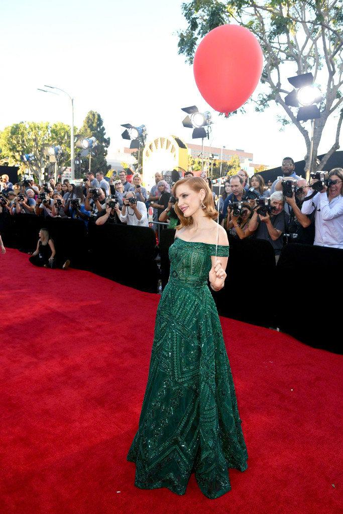杰西卡·查斯坦出席《小丑回魂2》洛杉矶首映式,红气球配绿裙,醒目