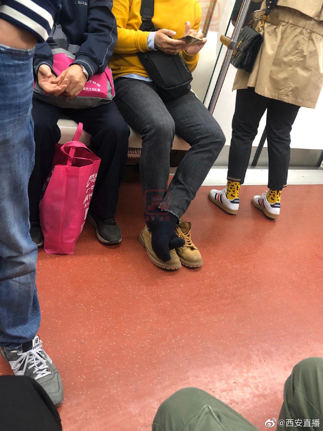 地铁里脱鞋,素质呢