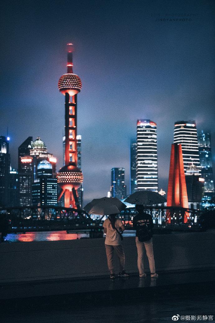 雨夜行人。上海的北外滩。@摄影师静言