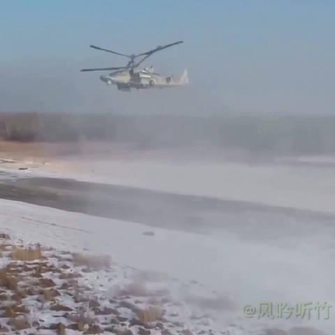 """俄罗斯卡-52武装直升机展示特技飞行。 卡-52""""短吻鳄""""(英文"""