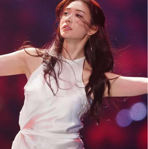 """被称为""""最成功网红"""",不仅登上了跨年舞台,林志玲还为其伴舞!图片"""