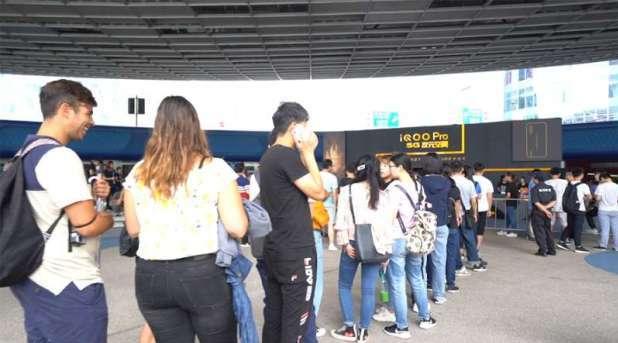 新5G手机发售大排长龙,外国人怒赞中国速度
