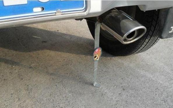许多老司机在排气灯上挂绳索,知道原因后,我吓了一跳!