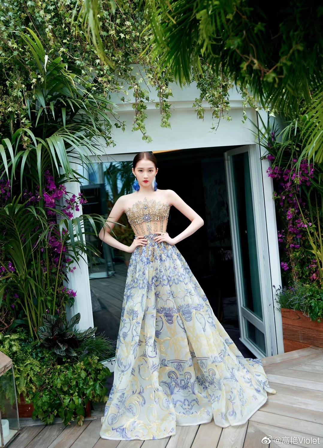 身穿巴洛克出席连衣裙印花戛纳电影节,有电影风的v电影少女古代大胸外国图片