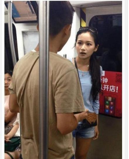 在北京地铁十号线,某情侣发生争执,女子强行拖行其男友进入地铁
