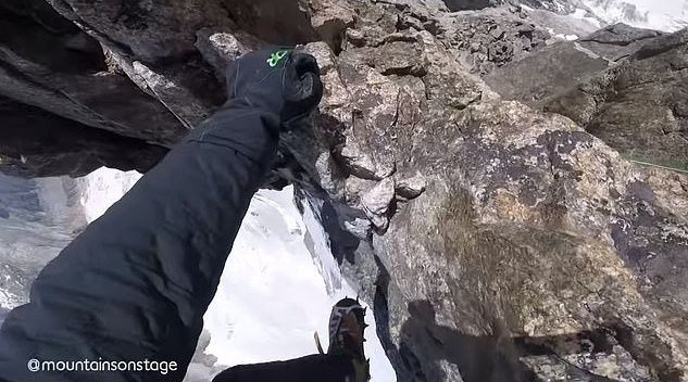 登山者记录令人眩晕的美景:沿着狭窄的山脊攀爬勃朗峰