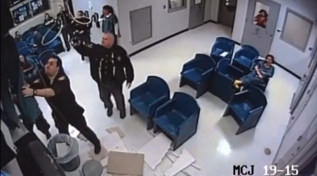 美国女子躲开警察爬上天花板试图越狱 结果屋顶塌了