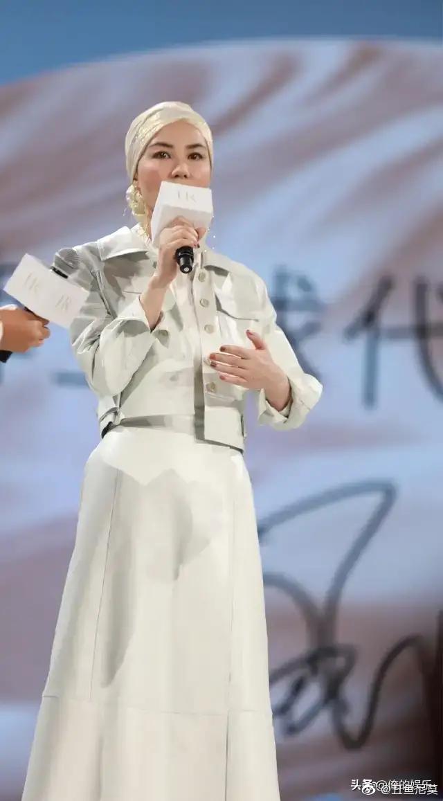王菲代言顶级化妆品,头巾造型和斑马纹高跟鞋非常抢镜。十年前